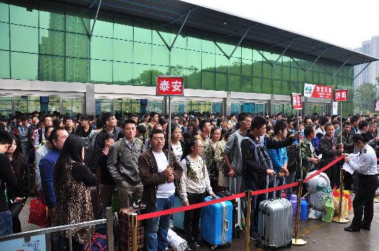 """""""十一""""长假 交运黄岛汽车站发送旅客7万余人次"""