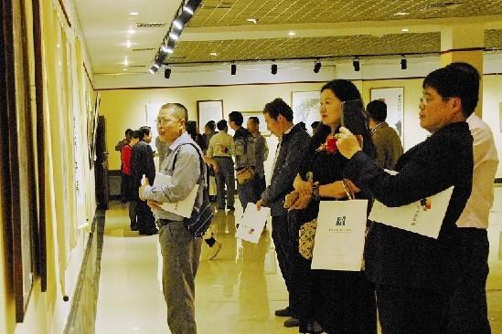 10月23日,青岛西海岸美术馆联盟在隐珠艺术文化中心正式成立,24家新区美术馆、画院和驻区高校美术场馆联合在一起,加强艺术作品展示和交流。当日,联盟选出50余幅作品进行了展览。展览从不同角度、层面,呈现出西海岸画家的艺术思考和学术风貌。