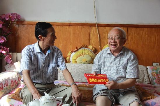 """青岛开发区慈善总会领导看望""""核武老人""""魏世杰"""
