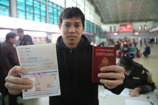 汽车站实名制首日 4名柬埔寨小伙凭护照购票乘车